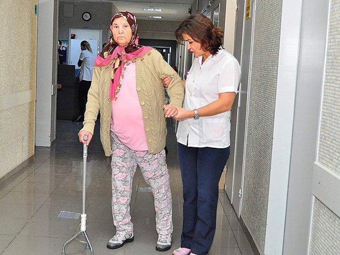 Sedyeyle geldiği hastaneden yürüyerek çıktı