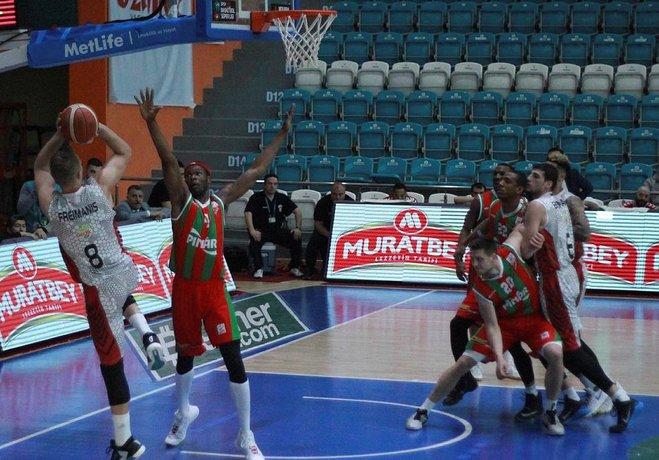 Spor Toto Basketbol Ligi'de alt sıralardan kurtulamayan Muratbey Uşak, Play - Off hattındaki Pınar Karşıyaka'yı farklı mağlup etti: 86-71.