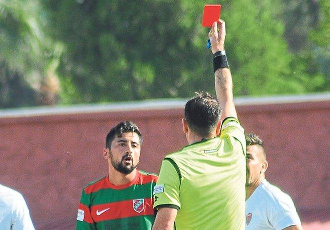 Karşıyaka sezonun ilk 2 karşılaşmasını da 10 kişi tamamladı.