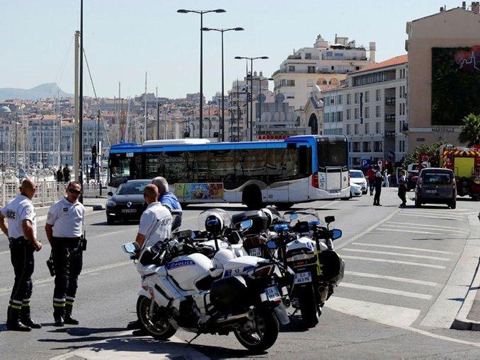 Fransada otobüs durağına araçlı saldırı