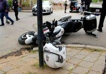 Polis motosikletine otomobil çarptı