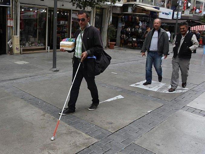 Kıbrıs Şehitleri Caddesinde engelli yolu sıkıntısı