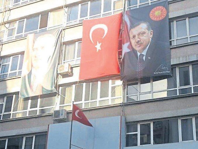 FETÖ'nün okullarına Atatürk ve Erdoğan posteri
