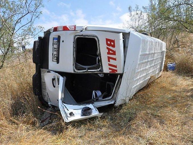 Lastiği patlayan minibüs şarampole devrildi: 19 yaralı