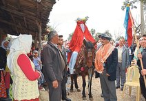 60'lı yılların geleneksel köy düğününü yaşattılar