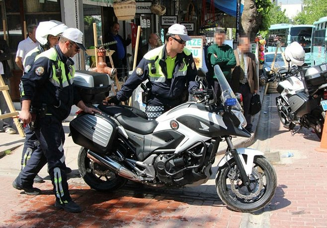 Polisin Motorunu Yakmaya Çalıştı