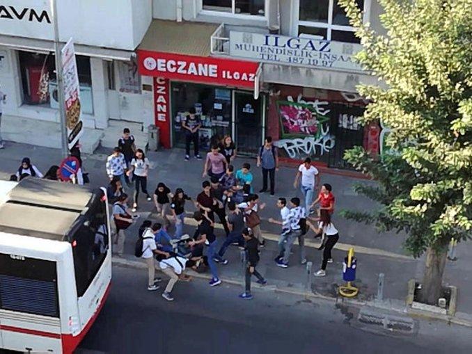 İzmirde liseliler birbirine girdi